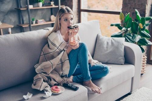 Mujer estresada comiendo
