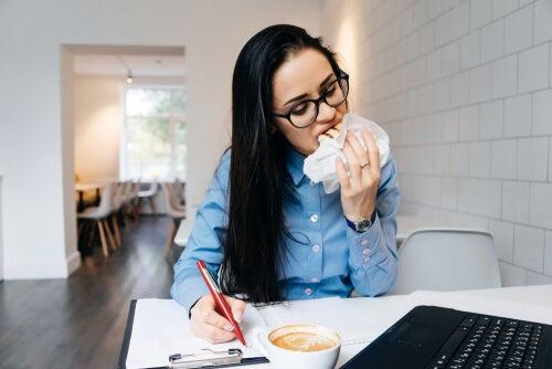 ¿Por qué comemos más cuando estamos estresados?