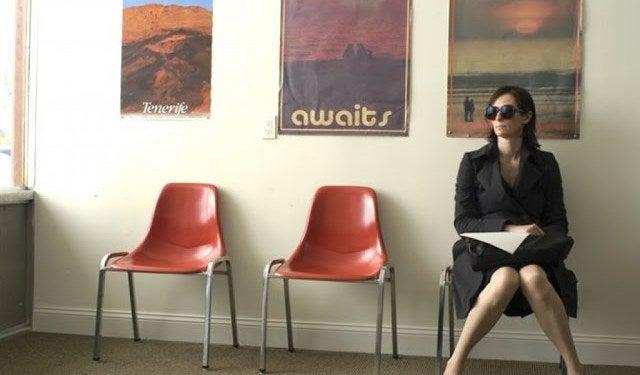 Mujer con gafas sentada