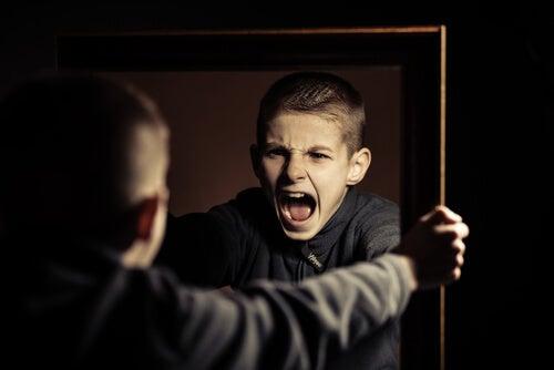 Niño gritando mirándose al espejo