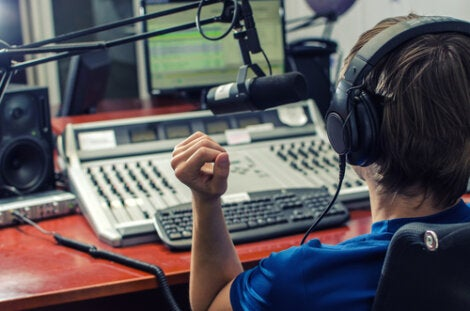 Niño en la radio