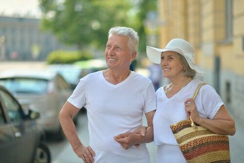 Personas mayores visitando una ciudad