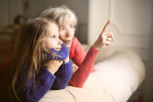 Abuela hablando con su nieta