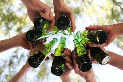 ¿Por qué los adolescentes utilizan el alcohol como facilitador social?