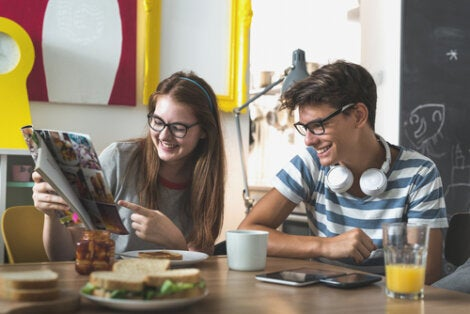 Adolescentes con una revista