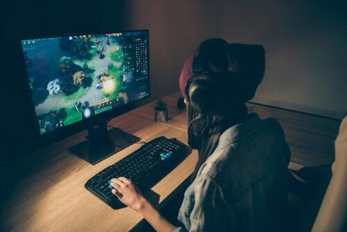 Chica jugando a videojuegos multijugador