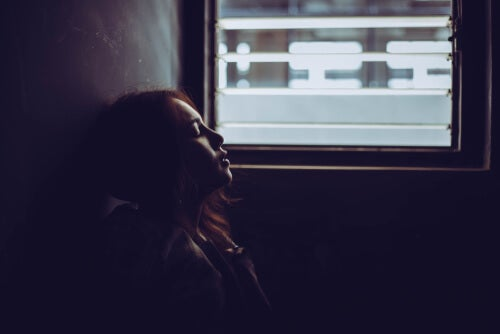 Chica sentada en la pared