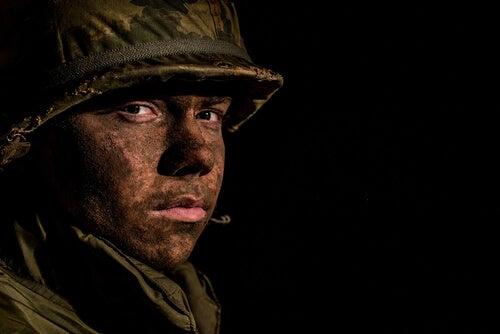 Chico adolescente vestido de soldado