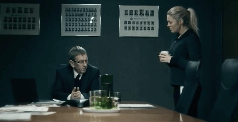 Detective hablando con su superior