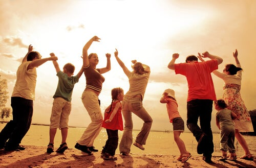 Familia bailando al atardecer