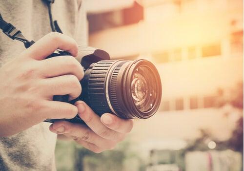Hombre con una cámara de fotos
