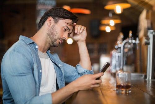 Hombre deprimido bebiendo