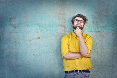 Hombre joven pensando en el olvido selectivo