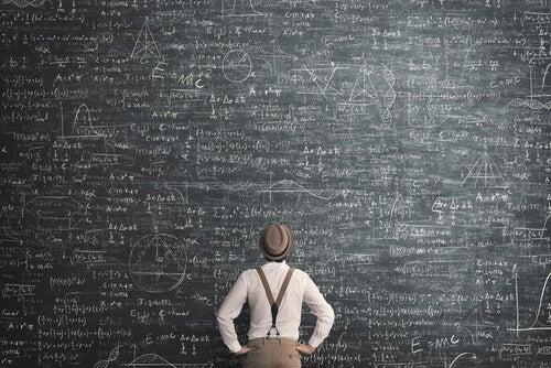 Hombre revisando un problema científico
