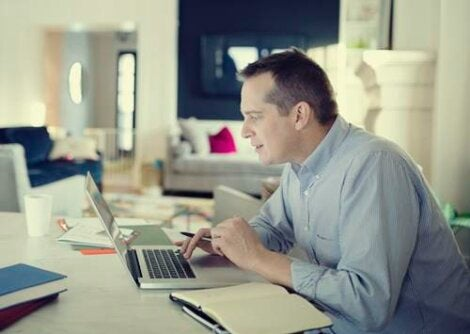 Hombre ante ordenador representando las recomendaciones para teletrabajar