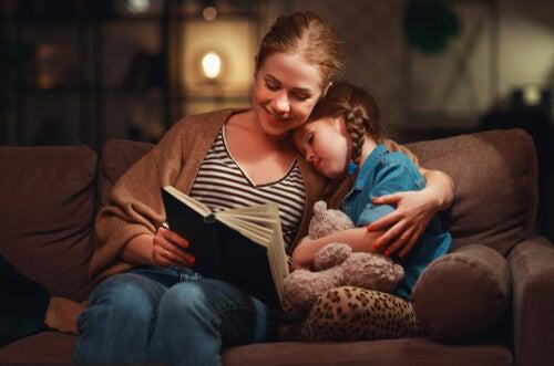 Madre con hija leyendo un libro