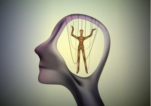 Los experimentos de Karremans, Stroebe y Clauss sobre la manipulación de la mente