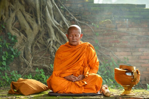 Monje meditando