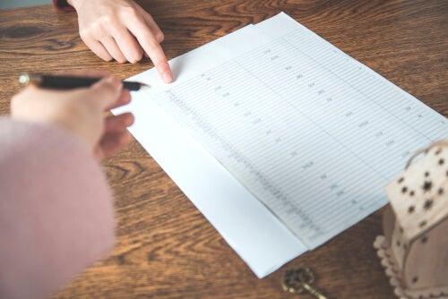 Mujer apuntando actividades en un horario