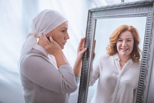 Mujer con cáncer mirándose al espejo