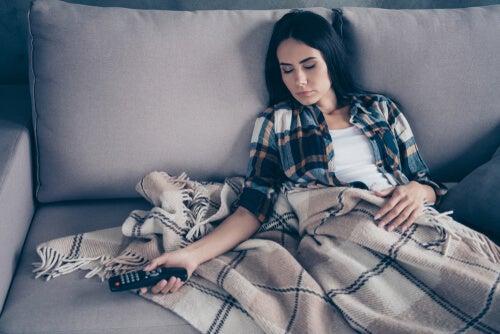 Mujer dormida en el sofá