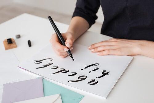 Mujer escribiendo letras
