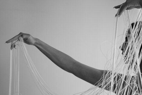 Mujer con hilos en sus manos