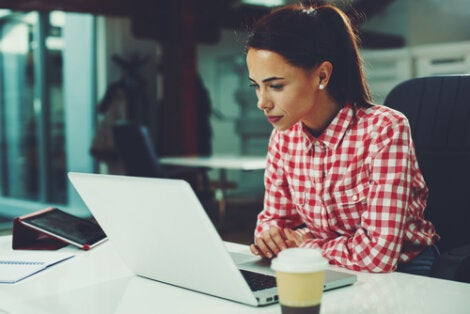 Mujer con ordenador trabajando representando las recomendaciones para teletrabajar