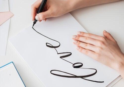 Mujer practicando el lettering
