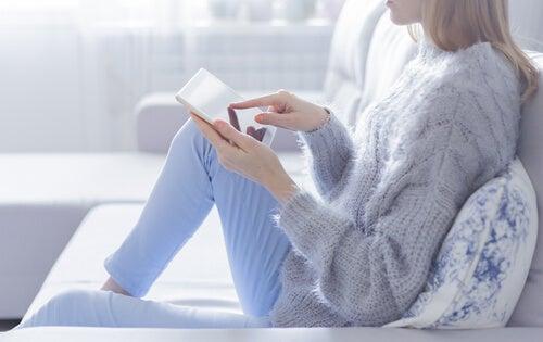 Mujer con la tablet en el sofá