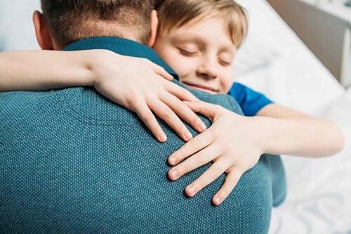 Niño abrazando a su padre representando el papá, gracias