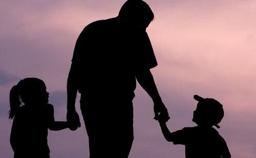 Padre con sus hijos representando el papá, gracias