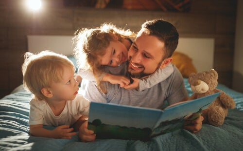 Padre leyendo un cuento con sus hijos