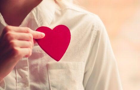 Persona guardando un corazón en el bolsillo