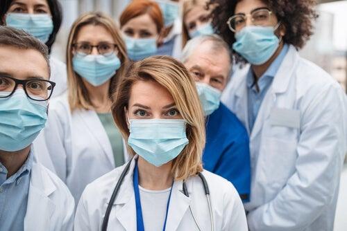 Profesionales sanitarios con mascarillas