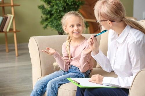 Psicóloga con una niña pasando el WISC