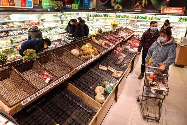 Personas efectuando compras nerviosas por coronavirus