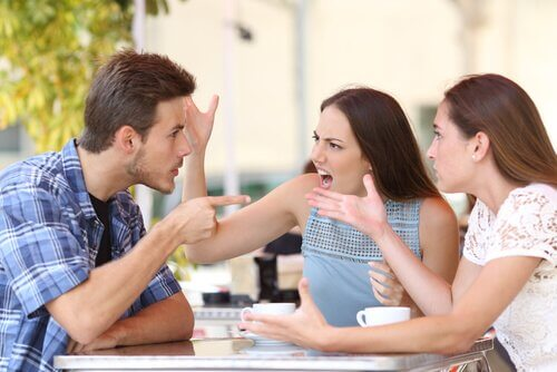 Amigos discutiendo