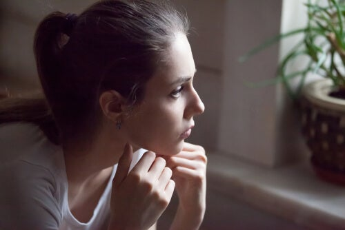Chica adolescente preocupada por su padre alcohólico