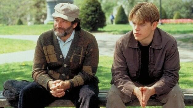 Chico con su psicólogo sentado en un banco