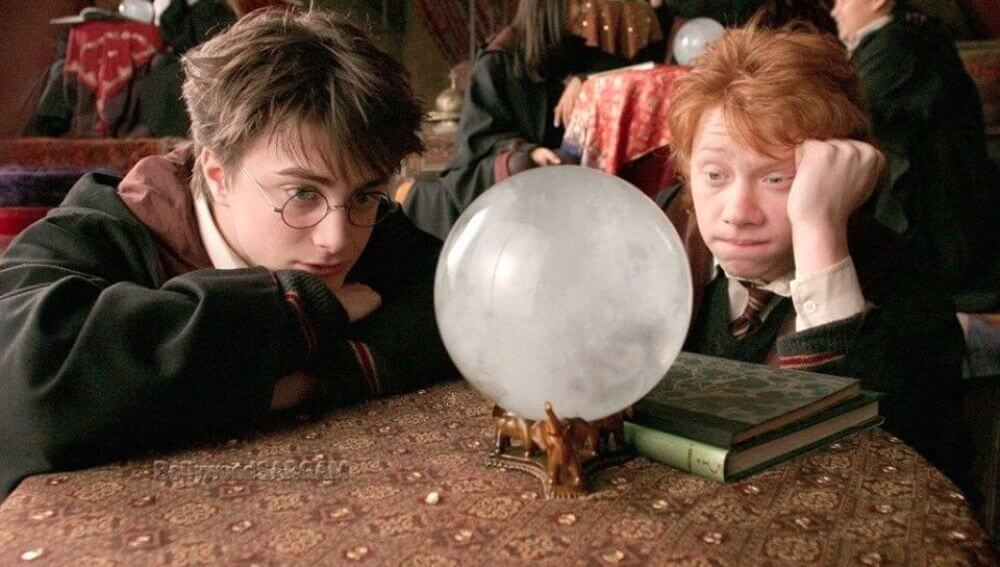 Harry Potter y Ron mirando bola de cristal