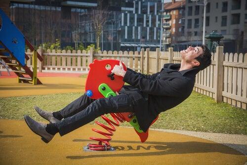 Hombre jugando en un parque infantil