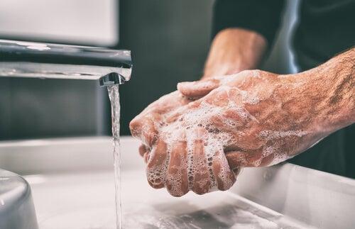 Hombre lavándose las manos