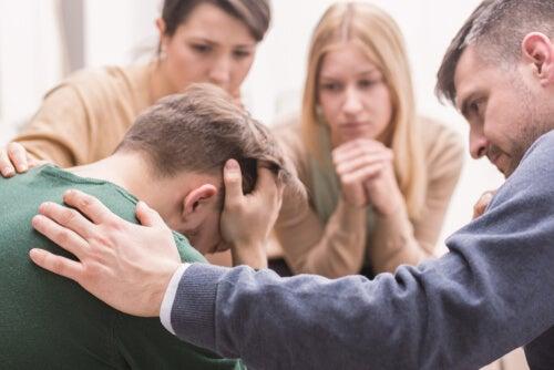 Joven y su familia en terapia de diálogo abierto