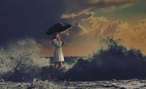 Chica en océano pensando en predecir el futuro