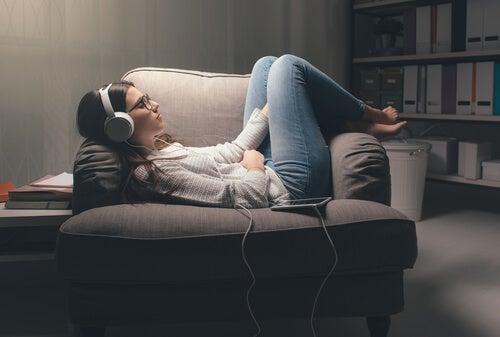 Mujer escuchando audiolibro
