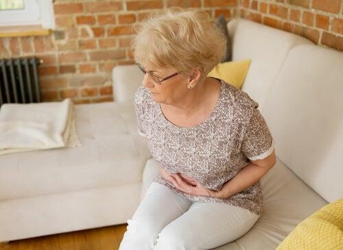 Mujer mayor con dolor estomacal