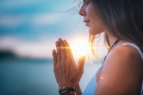 Los efectos de la meditación colectiva en la sociedad