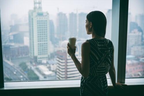 Mujer pensando en el placer de Tomar un café con amigos