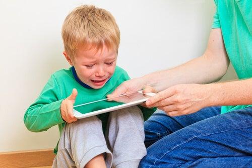 Niño llorando con la tablet
